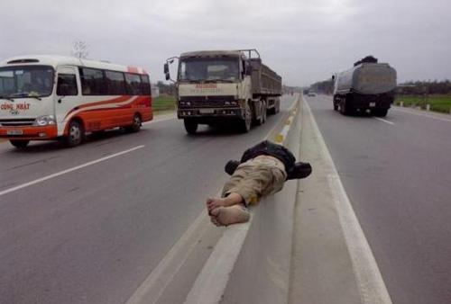 Giỡn với tử thần trên dải phân cách quốc lộ 1A - 2