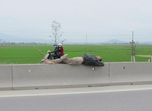 Giỡn với tử thần trên dải phân cách quốc lộ 1A - 3