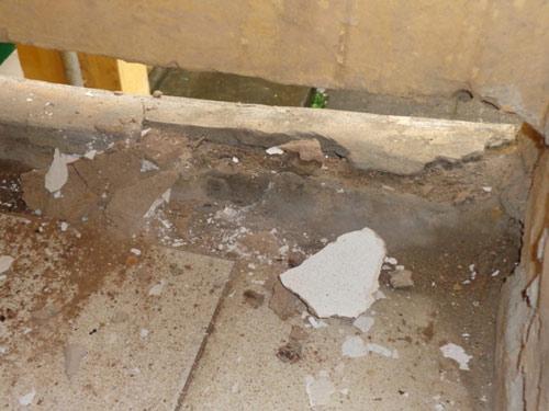 Sập mảng vữa rộng cả mét trong KTX sinh viên - 4