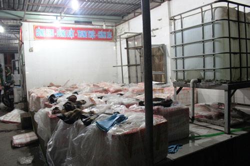 Bắt giữ 1,6 tấn chân trâu bò thối tuồn vào TP.HCM - 3