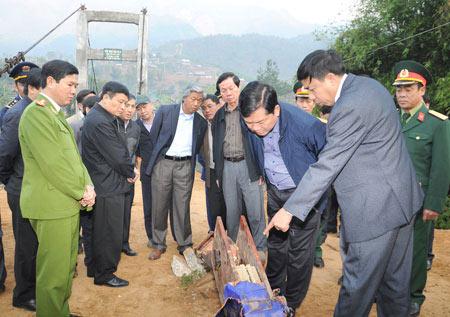 Lật cầu ở Lai Châu: Mở lối đi dưới lòng suối - 1