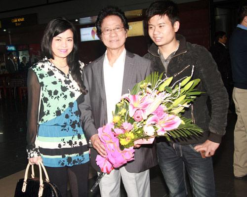 71 tuổi, Chế Linh trẻ trung bên vợ - 7