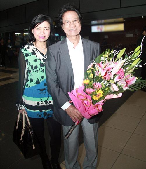 71 tuổi, Chế Linh trẻ trung bên vợ - 11