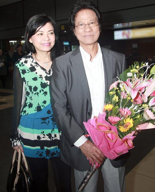 71 tuổi, Chế Linh trẻ trung bên vợ - 1