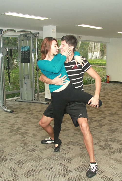Ngân Khánh nhấc bổng bạn nhảy - 2