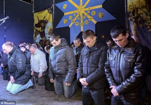 Ukraine: Cảnh sát cúi đầu cầu xin dân tha thứ - 1