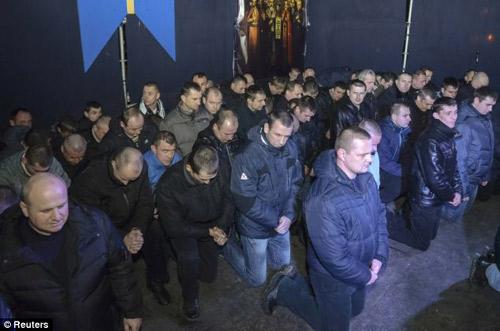 Ukraine: Cảnh sát cúi đầu cầu xin dân tha thứ - 2