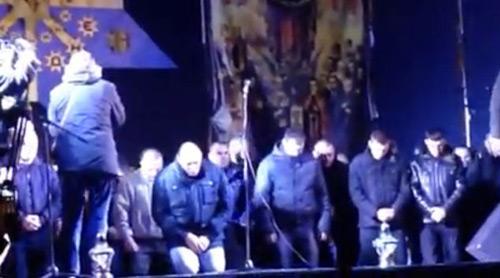 Ukraine: Cảnh sát cúi đầu cầu xin dân tha thứ - 4