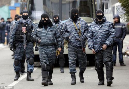 Ukraine: Cảnh sát cúi đầu cầu xin dân tha thứ - 5
