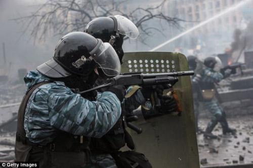 Ukraine: Cảnh sát cúi đầu cầu xin dân tha thứ - 6