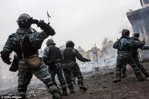 Ukraine: Cảnh sát cúi đầu cầu xin dân tha thứ - 7