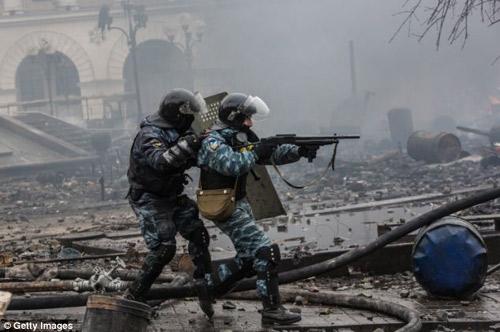 Ukraine: Cảnh sát cúi đầu cầu xin dân tha thứ - 8