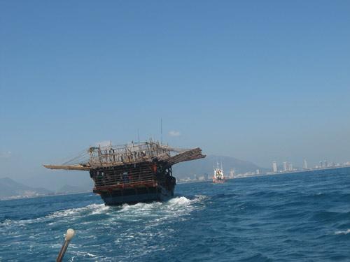 """Va phải """"cây"""", tàu câu mực trôi tự do trên biển - 1"""