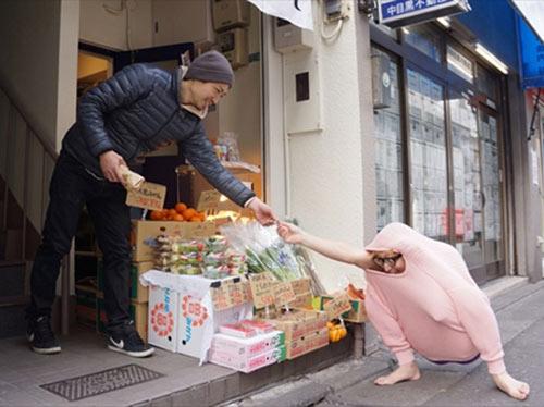 Chàng trai Nhật làm gà đi khắp phố - 8