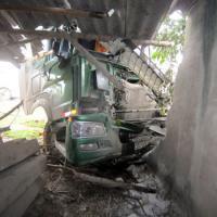 Nghệ An: Xe tải đâm nhau, một nhà dân bị sập