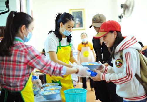 Trương Ngọc Ánh hăng hái nấu ăn cho người nghèo - 1