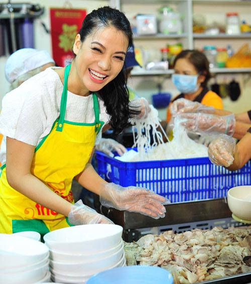 Trương Ngọc Ánh hăng hái nấu ăn cho người nghèo - 6