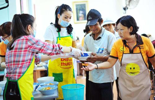 Trương Ngọc Ánh hăng hái nấu ăn cho người nghèo - 2