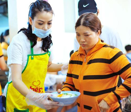 Trương Ngọc Ánh hăng hái nấu ăn cho người nghèo - 4