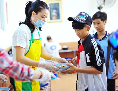 Trương Ngọc Ánh hăng hái nấu ăn cho người nghèo - 3