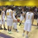 Thể thao - Chú lùn cao 1m21 gây sốc ở sân bóng rổ
