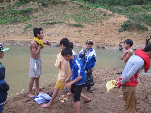 Dân xới tung lòng suối để mót gỗ sưa tiền tỷ - 2