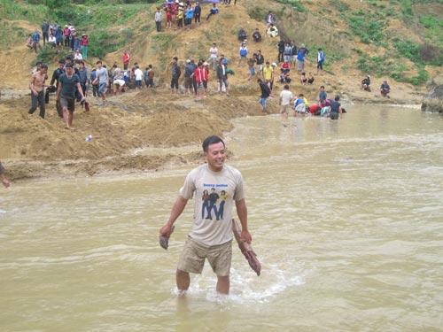 Dân xới tung lòng suối để mót gỗ sưa tiền tỷ - 5