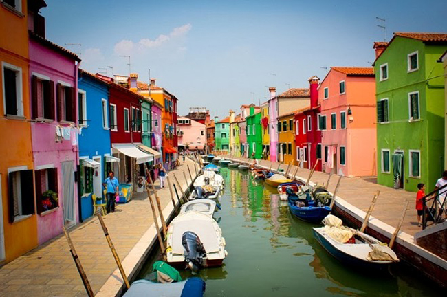 Burano là một hòn đảo ở đầm phá phía bắc Venetian, chỉ mất 40 phút đi thuyền từ thành phố Venice là có thể thong dong dạo bước trên đảo.