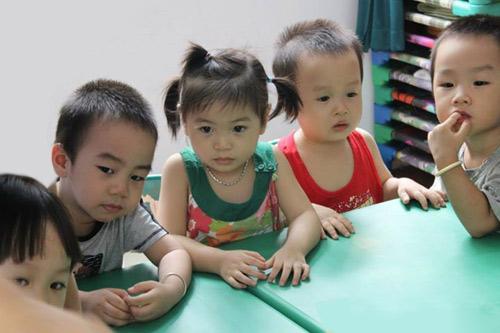 Trẻ mầm non học ngoại ngữ: Sao phải cấm? - 1