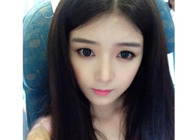 Hot girl Lily Luta thường xuyên sử dụng kính áp tròng đổi màu và tạo cảm giác mắt to nổi bật