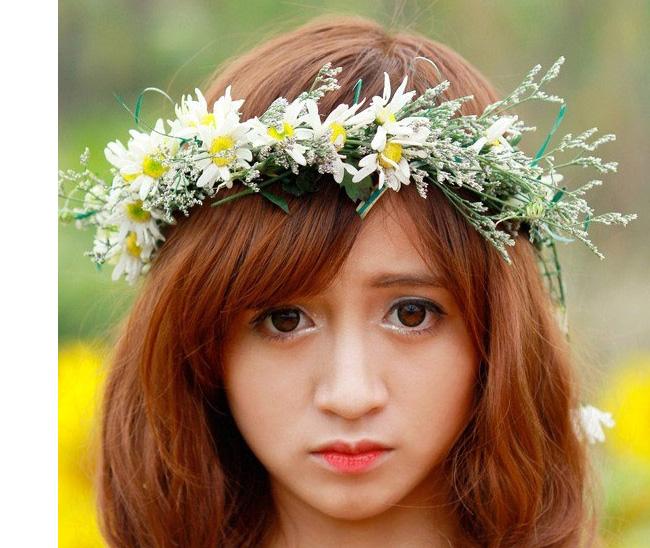 Hot girl Hà Mốc với đôi mắt to tròn như búp bê nhưng không có sự biểu cảm hoặc lóng lánh