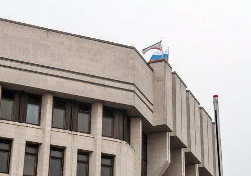 Ukraine: Cờ Nga bay trên nóc nhà quốc hội Crimea - 1