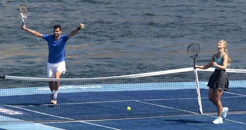 Mỹ nhân & Baby Federer chơi tennis trên biển - 1
