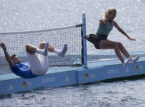 Mỹ nhân & Baby Federer chơi tennis trên biển - 2