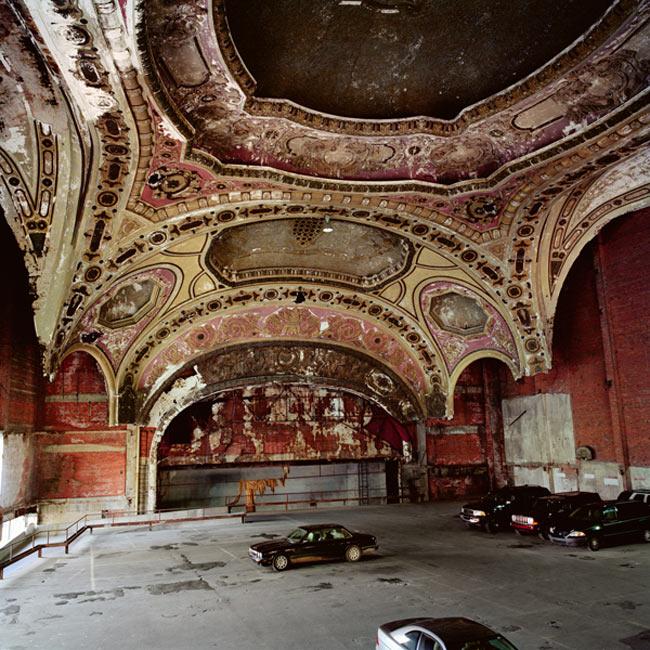 Thành phố Detroit, nước Mỹ là quê hương của nghệ thuật bãi đậu xe. Cấu trúc sang trọng của Nhà hát Michigan đã được biến thể trở thành garage độc đáo.