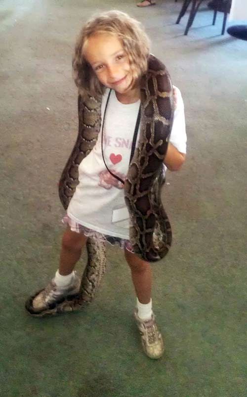 Cô bé 9 tuổi thích ngủ chung với rắn - 3