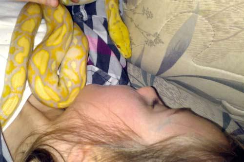 Cô bé 9 tuổi thích ngủ chung với rắn - 1