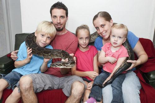 Cô bé 9 tuổi thích ngủ chung với rắn - 8