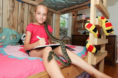 Cô bé 9 tuổi thích ngủ chung với rắn - 7