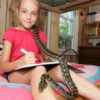 Cô bé 9 tuổi thích ngủ chung với rắn