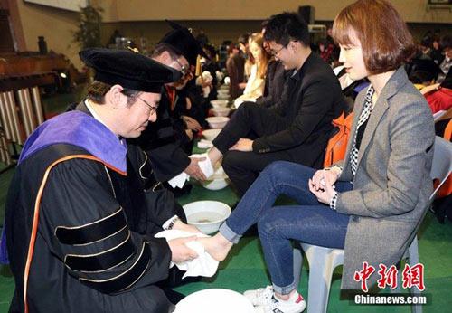 Hàn Quốc: Giảng viên rửa chân cho sinh viên - 1