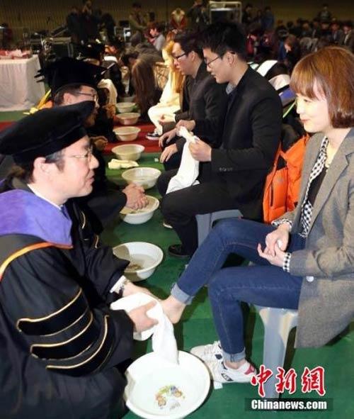 Hàn Quốc: Giảng viên rửa chân cho sinh viên - 2