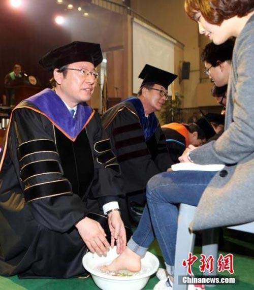 Hàn Quốc: Giảng viên rửa chân cho sinh viên - 3