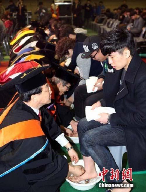 Hàn Quốc: Giảng viên rửa chân cho sinh viên - 4