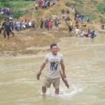 Tin tức trong ngày - Dân xới tung lòng suối để mót gỗ sưa tiền tỷ