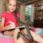 Phi thường - kỳ quặc - Cô bé 9 tuổi thích ngủ chung với rắn