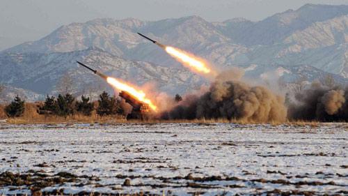 Triều Tiên bất ngờ phóng một loạt tên lửa - 1