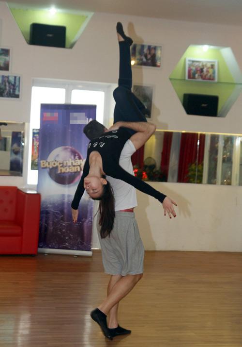 Thu Thủy chịu đau ép dẻo trên sàn nhảy - 9