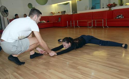Thu Thủy chịu đau ép dẻo trên sàn nhảy - 2