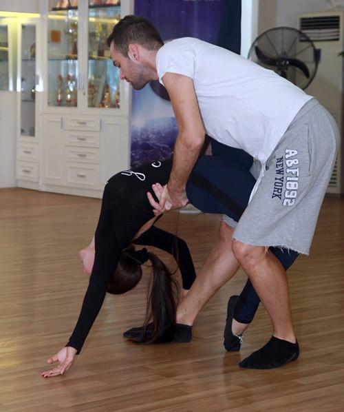 Thu Thủy chịu đau ép dẻo trên sàn nhảy - 10